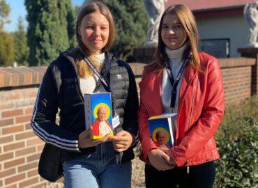 Dwie wolontariuszki stoją z puszkami Dzieło Tysiąclecia