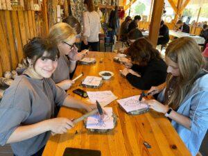 Wolontariusze na zajęciach String Artu