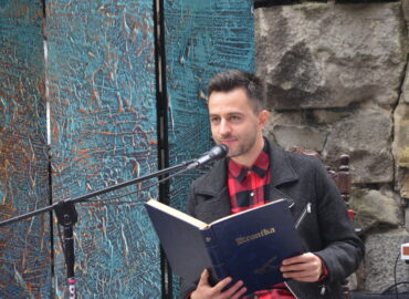 Błażej Michalski aktor czyta z kroniki